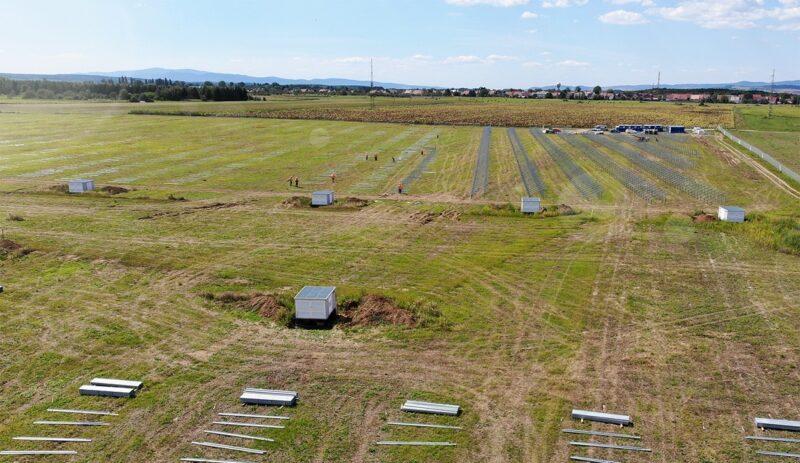 Zu sehen ist einer der im Bau befindlichen Photovoltaik-Solarparks in Ungarn.