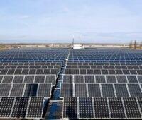 Zu sehen ist ein großer Photovoltaik-Solarpark von Steag. Die Software Sensaia soll die Überwachung von Photovoltaik-Anlagen optimieren.