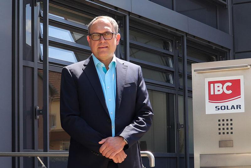 Stefan Hostmann vor einem Gebäude der IBC Solar AG