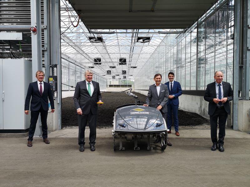 5 Herren in Anzügen bei der Einweihung einer Klärschlammtrocknungsanlage.