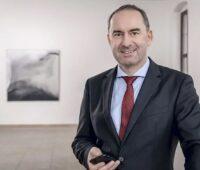 Zu sehen ist Bayern Wirtschaftsminister Hubert Aiwanger, der ein klimaneutrales Bayern bis 2040 für möglich hält.