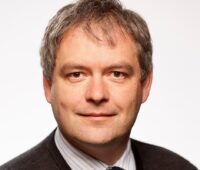 Zu sehen ist Prof. Dr. Siegfried Waldvogel, der an Lignin-basierten Elektrolyten forscht.