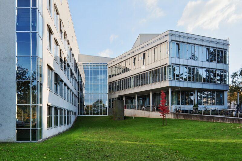 Zu sehen ist das Gebäude des Instituts für Materialwissenschaft, das die Forschungen an der Natrium-Festkörperbatterie koordiniert.