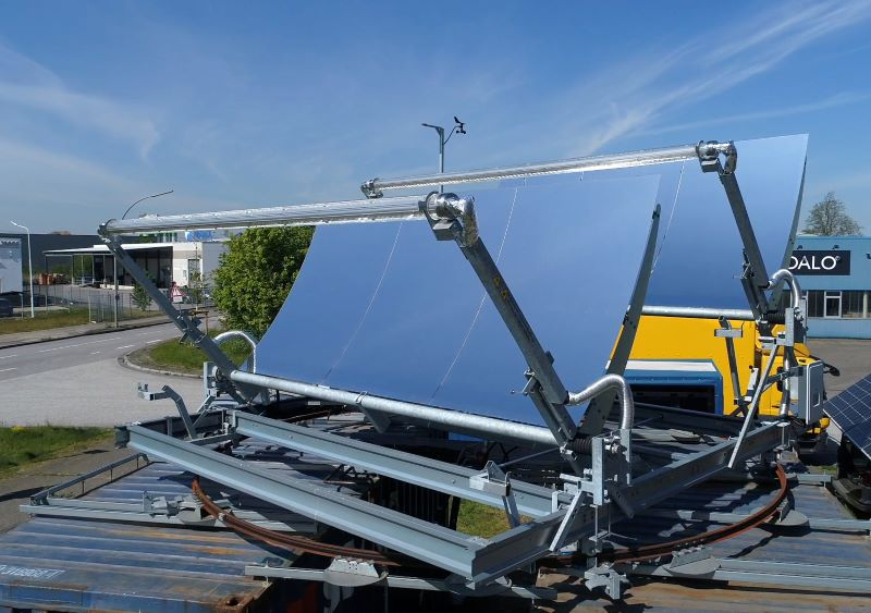 Solarkollektoren auf Schinen und Containern für die Nutzung der konzentrierten Solartechnologie