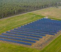 Zu sehen ist das Luftbild eines Solarparks. Litauer können nun Anteile an Photovoltaik-Solarparks zum Eigenbedarf erwerben.