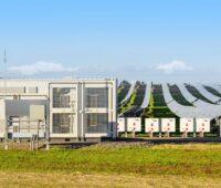 ZU sehen ist ein Zentralwechselrichter vom 200-MW-Wright-Photovoltaik-Solarpark im kalifornischen Central Valley.