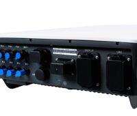 3-phasiger Hybrid-Wechselrichter: zu sehen ist die Rückseite mit den Anschlüssen.