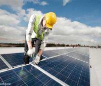 Montage von Solarmodulen auf dem Dach