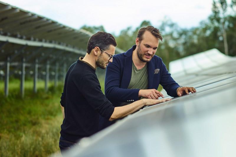 Zwei Männer im Solarpark