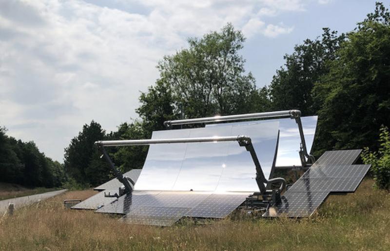 Ein Sonnenkollektoren-System mit zwei Segmenten einer Parabolrinne und einem Photovoltaik-Element - die Sunoyster