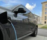 Zu sehen ist ein E-Auto, dessen Besitzer:in von dem THG-Quoten-Service der M3E GmbH profitieren könnte.