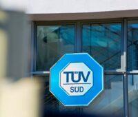 Zu sehen ist das Logo vom TÜV Süd, der ein Nachhaltigkeitsassessment für die Batteriezellfertigung entwickelt hat.