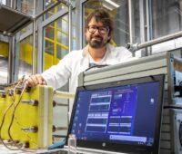 Zu sehen ist TU Graz-Forscher Stefan Spirk, der den Stromspeicher aus Vanillin entwickelt hat.