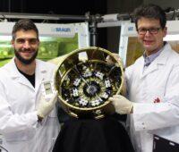 Zu sehen sind Prof. Dr. Peter Müller-Buschbaum und sein Mitarbeiter Lennart K. Reb, die neue Solarzellen für Anwendungen im All erforschen.
