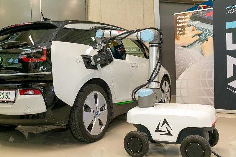 Zu sehen ist der Laderoboter für das E-Auto den Forscher:innen der TU Graz entwickelt haben.