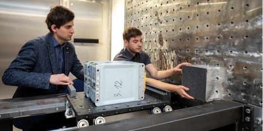 Zu sehen sind SafeBattery- Projektleiter Christian Ellersdorfer mit seinem Kollegen Christian Trummer.
