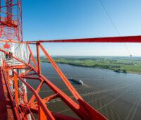 Blick auf die Elbe vom Strommast aus - Leitungn führen auf die andere Seite und weiter in die Landschaft hinein