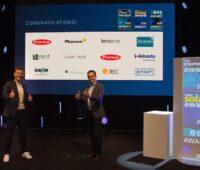 Zu sehen ist eine Leinwand mit den Logos aller Gewinner von The smarter E AWARD 2020, Intersolar AWARD und ees AWARD.