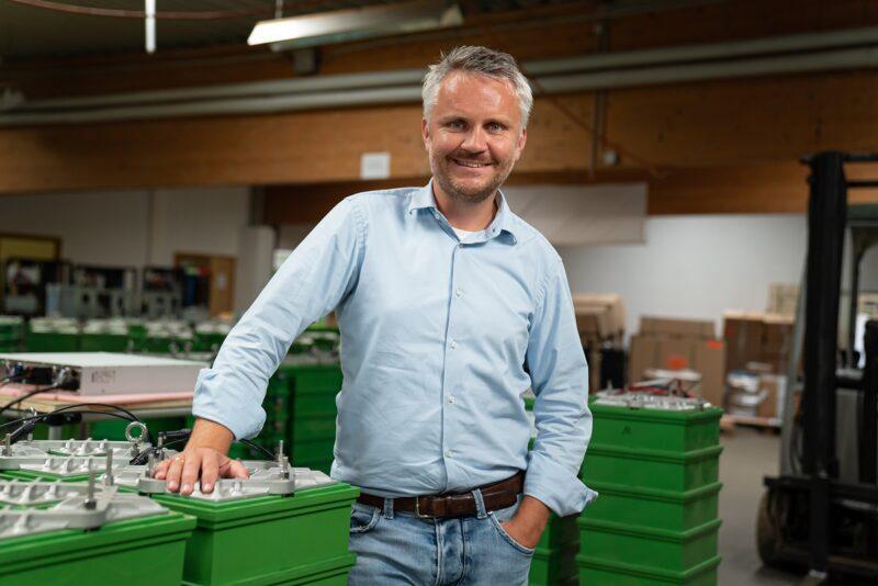Zu sehen ist der BlueSky Energy-Geschäftsführer Dr. Thomas Krausse. Das Unternehmen stellt die Salzwasserbatterie her.