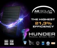Abbildung Solarmodul Thunder von AE Solar mit lilablauen Blitzen/Text: The highest 21,3 % Efficiency;Thunder-Powerful, Efficient,Steady