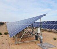 Eine große Solarstromanlage auf Wüstensand.