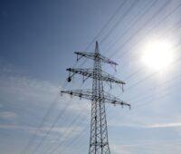 Das Bild zeigt einen Hochspannungmast. Durch den witterungsabhängigen Freileitungsbetrieb soll mehr Windstrom durch das Netz fließen.