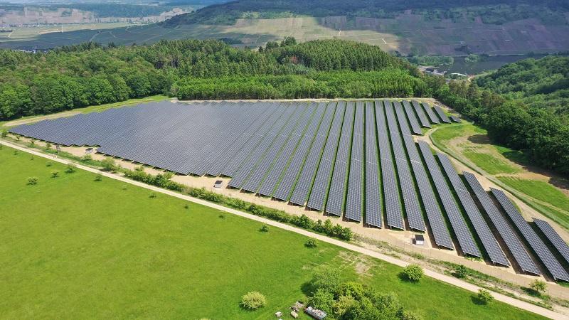Zu sehen ist der Photovoltaik-Solarpark Schleich, den Trianel auf einem ehemaligen Weinberg errichtet hat.