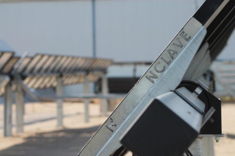 Zu sehen ist ein einachsiger Solartracker von Nclave.