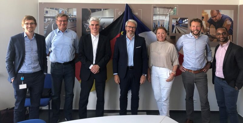 Zu sehen ist ein Gruppenbild bei der Unterzeichnung der Vereinbarung für den Photovoltaik-Solarpark nahe Fessenheim.