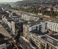 Zu sehen ist eine Luftaufnahme vom Klimaquartier Neue Weststadt in Esslingen mit Photovoltaik-Anlagen auf den Dächern der Gebäude.