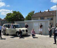 Zu sehen ist das Forschungsteam des Lehrstuhls für Internationales Automobilmanagement der Universität Duisburg-Essen bei der Inbetriebnahme der Prototypanlage für induktives Laden in Mühlheim.