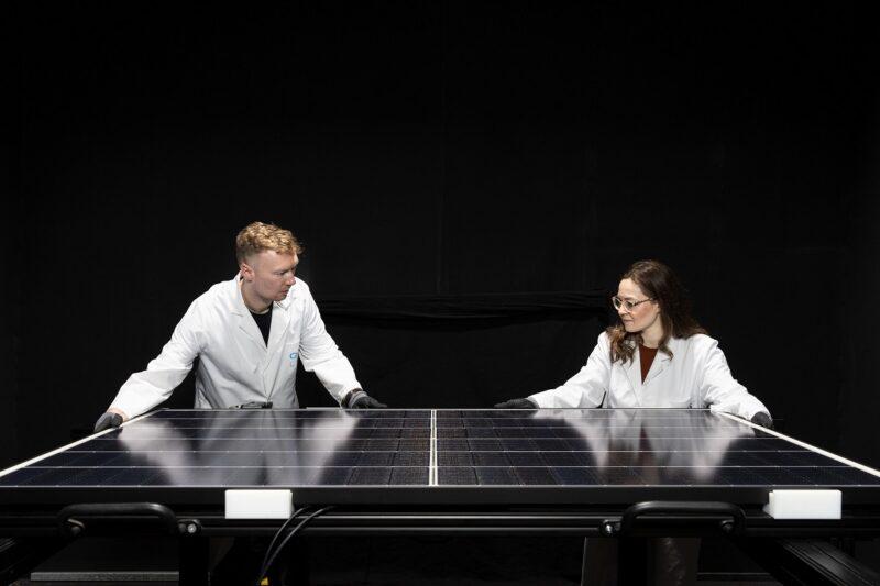 Zu sehen sind Mitarbeiter in der Produktion. Q Cells führt die Spitzenposition auf dem US-Photovoltaikmarkt auf Qualität zurück.