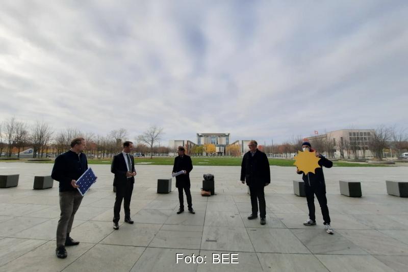 Fünf Personen auf dem Platz vor dem Deutschen Bundestag.