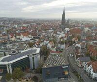 Ulm setzt auf Photovoltaik und Solarthermie. Zu sehen ist die Ulmer Innenstadt mit dem Ulmer Münster.