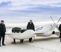 Zu sehen sind Baden-Württembergs Verkehrsminister Winfried Hermann, Hy4-Projektleiter Prof. Josef Kallo und Flughafengeschäftsführer Walter Schoefer bei der Präsentation vom Brennstoffzellen-Flugzeug.
