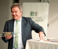 Umweltminister Franz Untersteller überreicht eine Plakette als Auszeichnung.