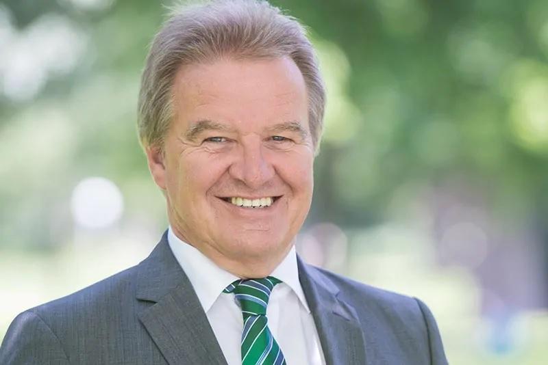 Zu sehen ist Umweltminister Franz Untersteller, der in Baden-Württemberg einen Ausbau der Photovoltaik anstrebt.