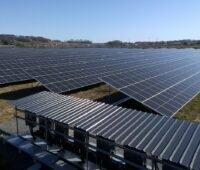 Zu sehen ist die Photovoltaik-Freiflächenanlage mit 18 MW Leistung auf dem Gelände eines ehemaligen Militärdepots in Vaas - eines der Photovoltaik-Projekte mit Bürgerbeteiligungen von Urbasol.