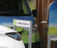 Zu sehen ist ein Elektroauto beim Laden. Die VDI 2166 Blatt 2 dient als Planungshilfe für E-Ladestationen.