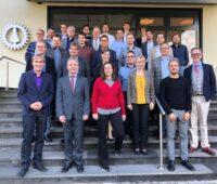 Gruppenbild der Wissenschaftler, die die neuen technischen Richtlinine für Power-to-X-Verfahren ausarbeiten wollen.