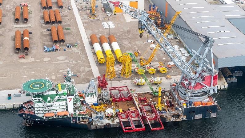 Zu sehen ist das Schiff, dass die Monopile-Fundamente für den Offshore-Windpark Hollandse Kust Zuid ins Meer transportiert.