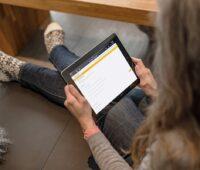 Zu sehen ist eine Bürgerin, die auf dem Tablet das Online-Tool für die BAFA-Förderung betrachtet.