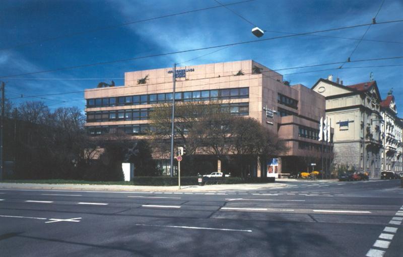 Der Münchener Standort der Versicherungskammer Bayern unter blauem Himmel.