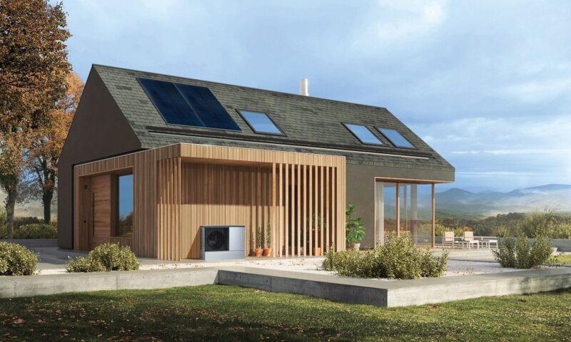Zu sehen ist ein modernes Haus mit PV-Modulen auf dem Dach. Viessmann und Tennet wollen die Wärmepumpen solcher Häuser nutzen, um mehr erneuerbaren Strom in die Netze zu bringen.