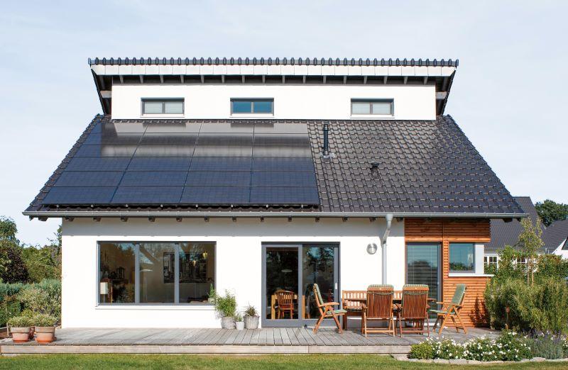 Einfamilienhaus mit Garten und PV-Anlage auf dem Schrägdach.