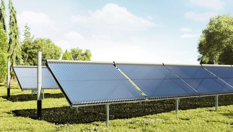 Zu sehen ist der Vakuum-Röhrenkollektor für Solarthermie-Heizwerke auf einer grünne Wiese.