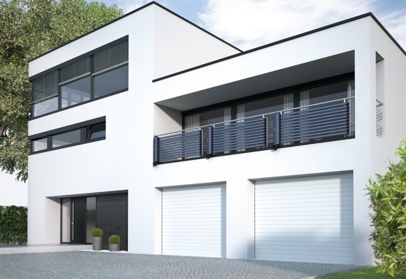 Modernes Gebäude mit Vakummröhrenkollekotren an der Balkonbrüstung.