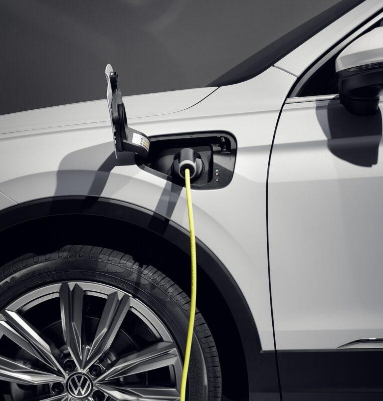 Zu sehen ist ein PlugIn-Hybride von Volkswagen. Zurzeit herrscht ein Abrechnungschaos an Ladestationen.