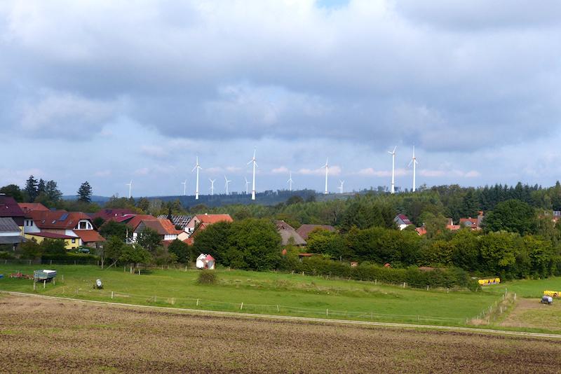 Windpark neben einem Dorf