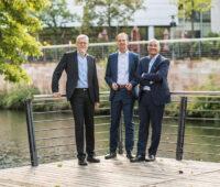 Die drei Vorstandsmitglieder der Umweltbank an einem Fluss